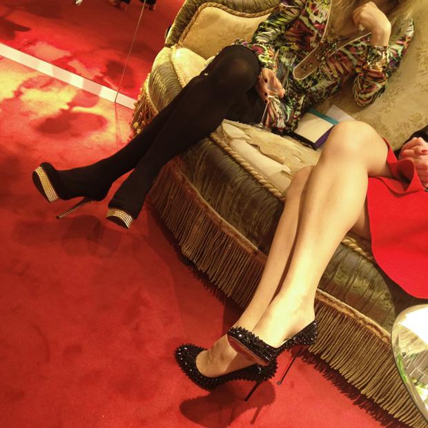 Mystérieuses jambes de clientes lors du cocktail à la boutique
