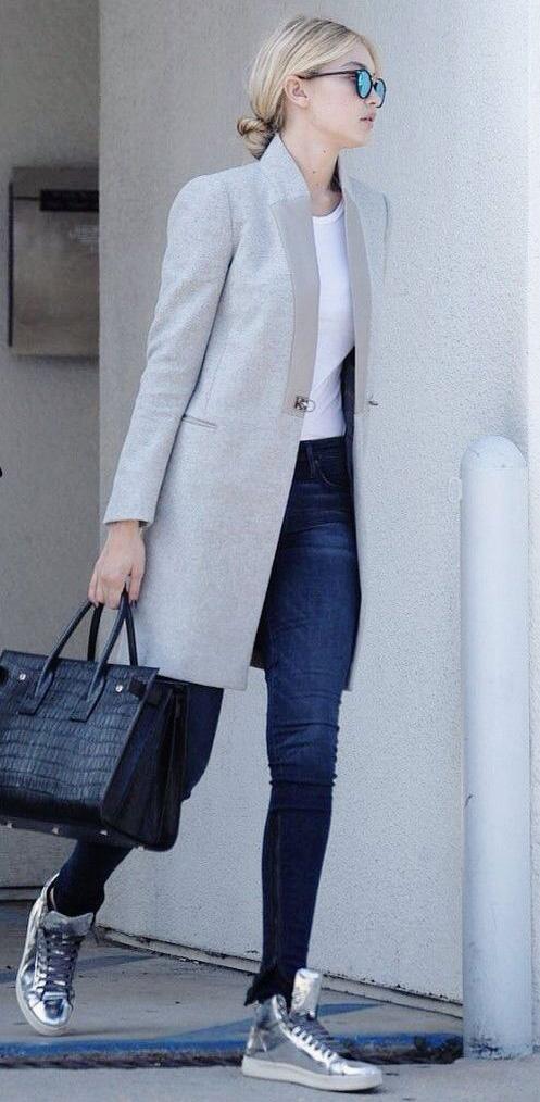 Juste un jean et un par-dessus masculin gris. Est-ce que vous voyez comme  ce look serait fade sans ces baskets métallisées   9ff942de55d3